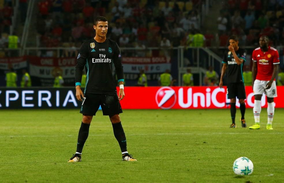 O craque português durante a partida contra o Manchester United (Foto: Reuters)