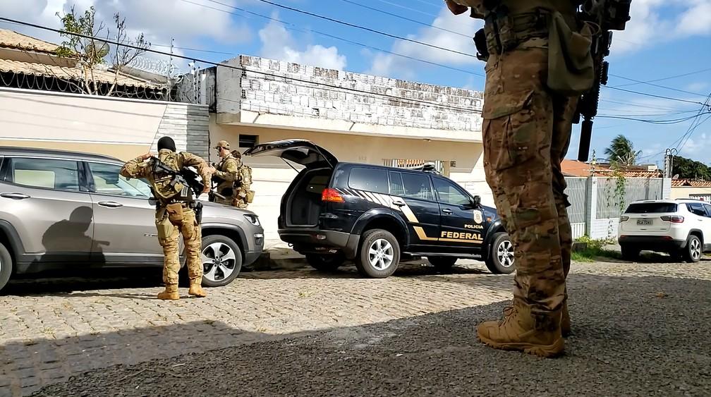 Policiais Federais cumprem mandado de prisão dentro da Operação Níquel em Natal — Foto: Geraldo Jerônimo/Inter TV Cabugi