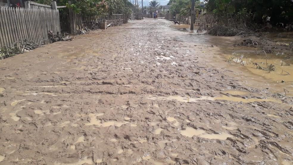 Com vazante de rio, ruas de Sena Madureira ficaram tomadas por lama e entulho — Foto: Aldejane Pinto/Arquivo pessoal