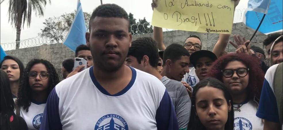 Ícaro de Souza, de 18 anos, reclama da falta de estrutura na escola — Foto: Raquel Freitas/G1
