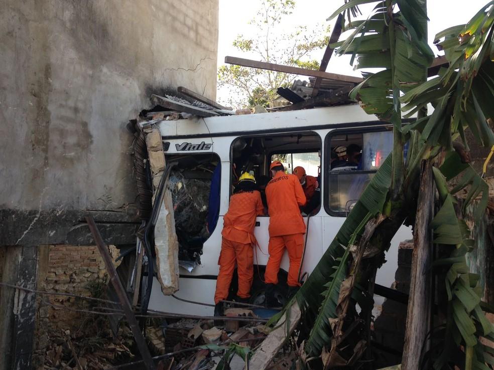 Com o impacto, ônibus ficou destruído (Foto: Natália Normande/G1)