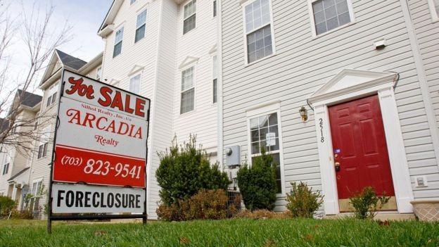 Casa à venda após ter sido retomada por falta de pagamento, em 2008, nos EUA; milhões de americanos não conseguiram pagar suas hipotecas (Foto: AFP/BBC)