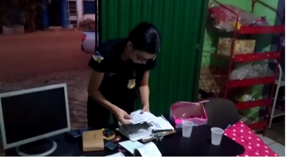 Agentes fazendo buscas em endereços de investigados — Foto: Reprodução/SSP