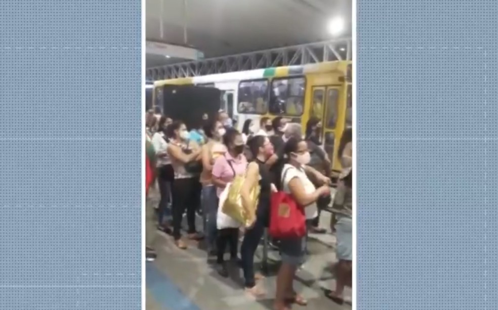 Imagens feitas pelos passageiros mostram aglomeração na Estação Pirajá — Foto: Reprodução/TV Bahia