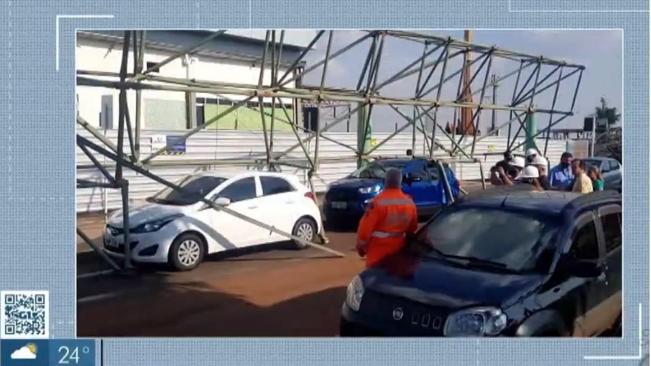 Marquise desaba sobre carros em aeroporto de Uberlândia