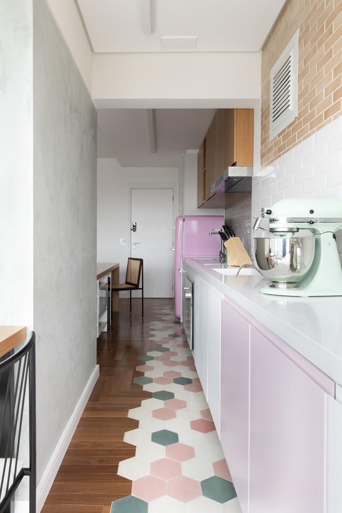 Décor do dia: sala de jantar colorida com diferentes pisos (Foto: Divulgação)