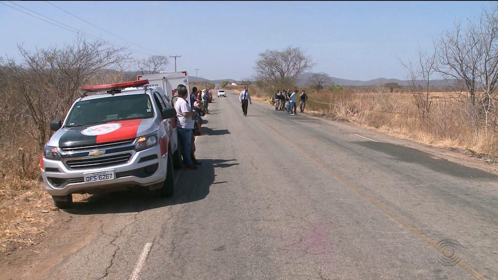 Corpos foram encontrados às margens da PB-393; vítimas foram mortas a tiros quando seguiam em uma moto na rodovia, no Sertão da PB — Foto: Reprodução/TV Paraíba