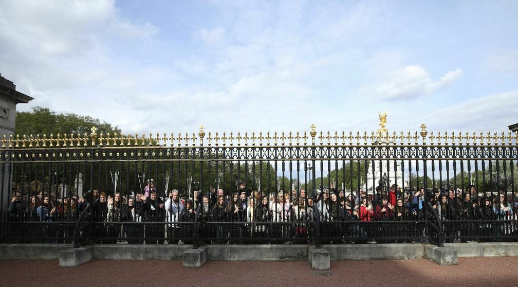 Público se reúne nas portas do Palácio de Buckingham, em Londres, após o anúncio do nascimento do bebê de Meghan e Harry, na segunda-feira (6). — Foto: Yui Mok/Pool Photo via AP