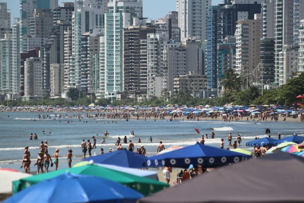 Dia de sol levou muitas pessoas a praia de Balneário Camboriú (SC) nesta segunda-feira (15) — Foto: Luiz Souza/NSC TV