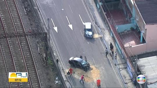 Acidente envolvendo dois carros deixa o trânsito congestionado no Engenho de Dentro, Zona Norte do Rio