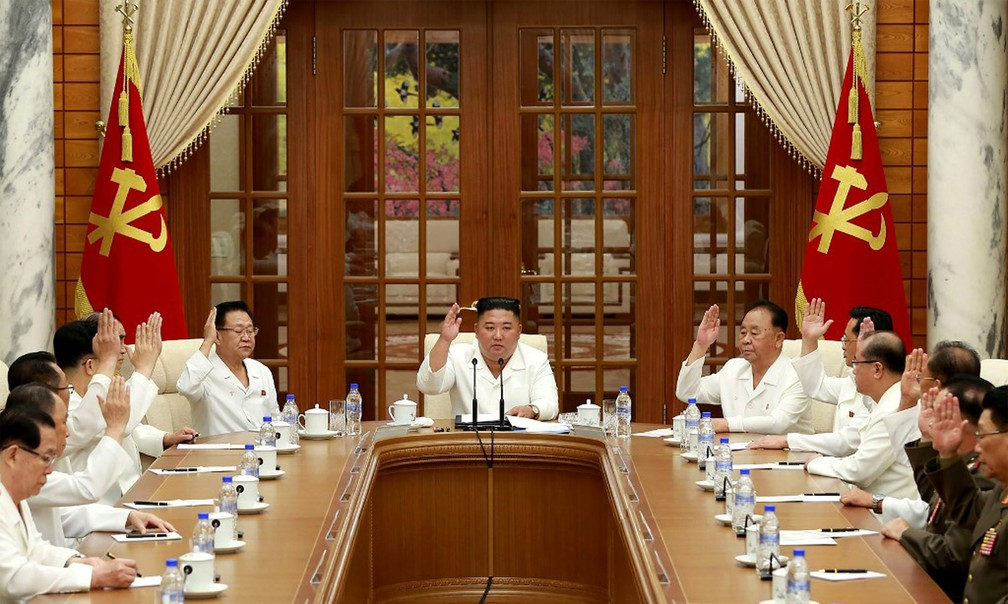Líder norte-coreano, Kim Jong-un, participa de reunião com integrantes do Partido dos Trabalhadores da Coreia em Pyongyang na terça-feira (25)  — Foto: AFP / KCNA via KNS