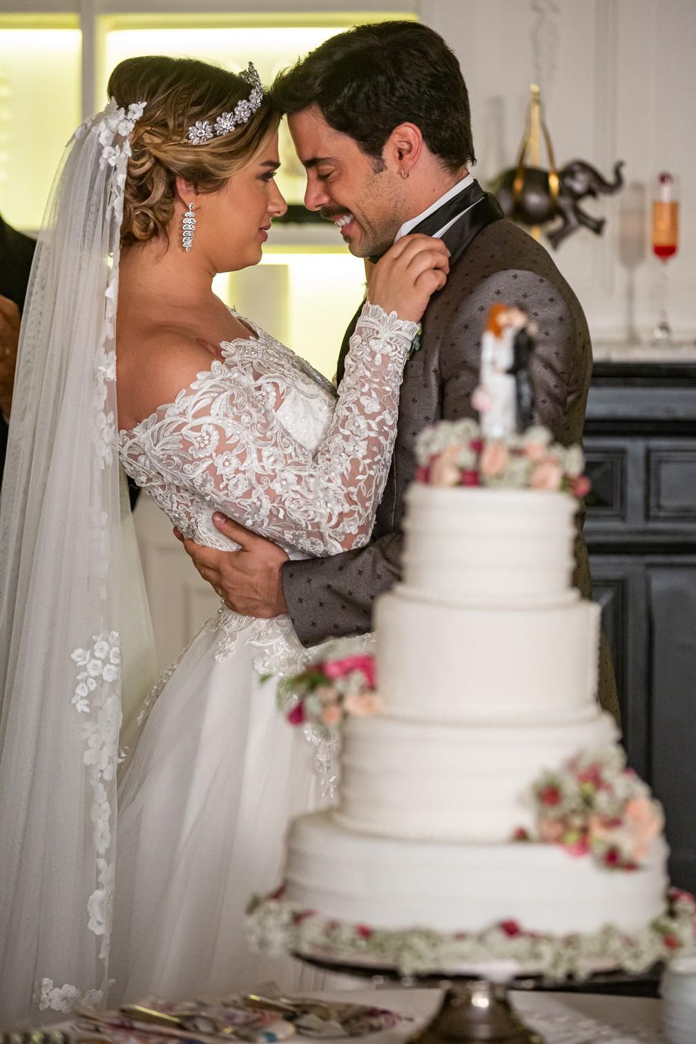 Abel (Pedro Carvalho) diz que sentiu amor à primeira vista por Britney (Glamour Garcia), em 'A Dona do Pedaço' — Foto: Artur Meninea/Gshow