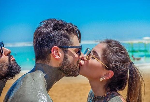 Alok e a namorada, Romana Novais, se beijam e o músico Iro faz graça para foto (Foto: Reprodução/Instagram)