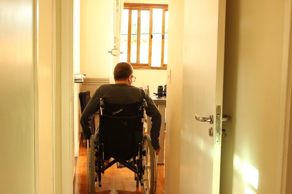 Nelson precisou de cadeira de rodas após apresentar melhora durante o tratamento — Foto: Camila Forti/G1