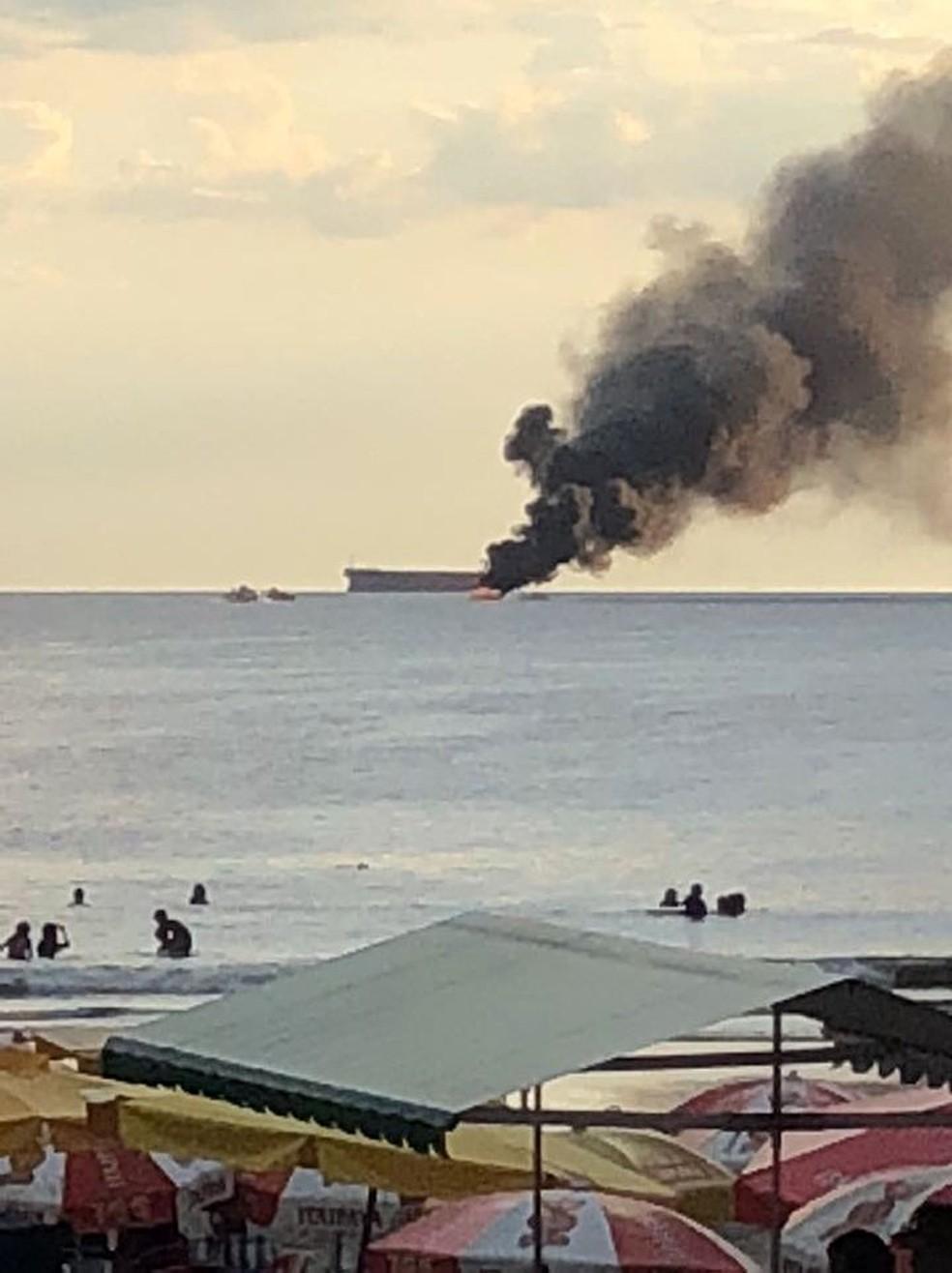 Fumaça de lancha em chamas podia ser vista de diversos pontos (Foto: G1 Santos)