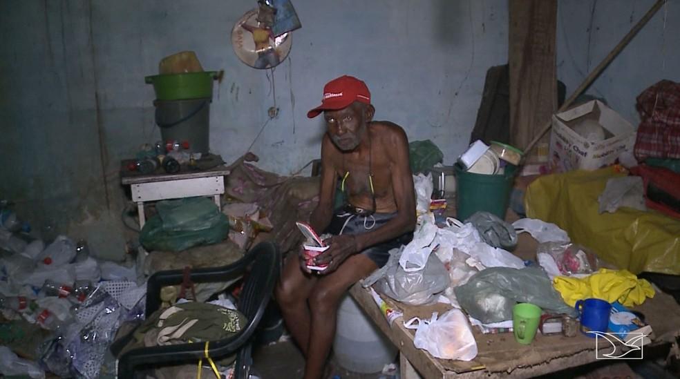 Genésio de Souza paga 200 reais de aluguel para a proprietária do imóvel (Foto: Reprodução/TV Mirante)