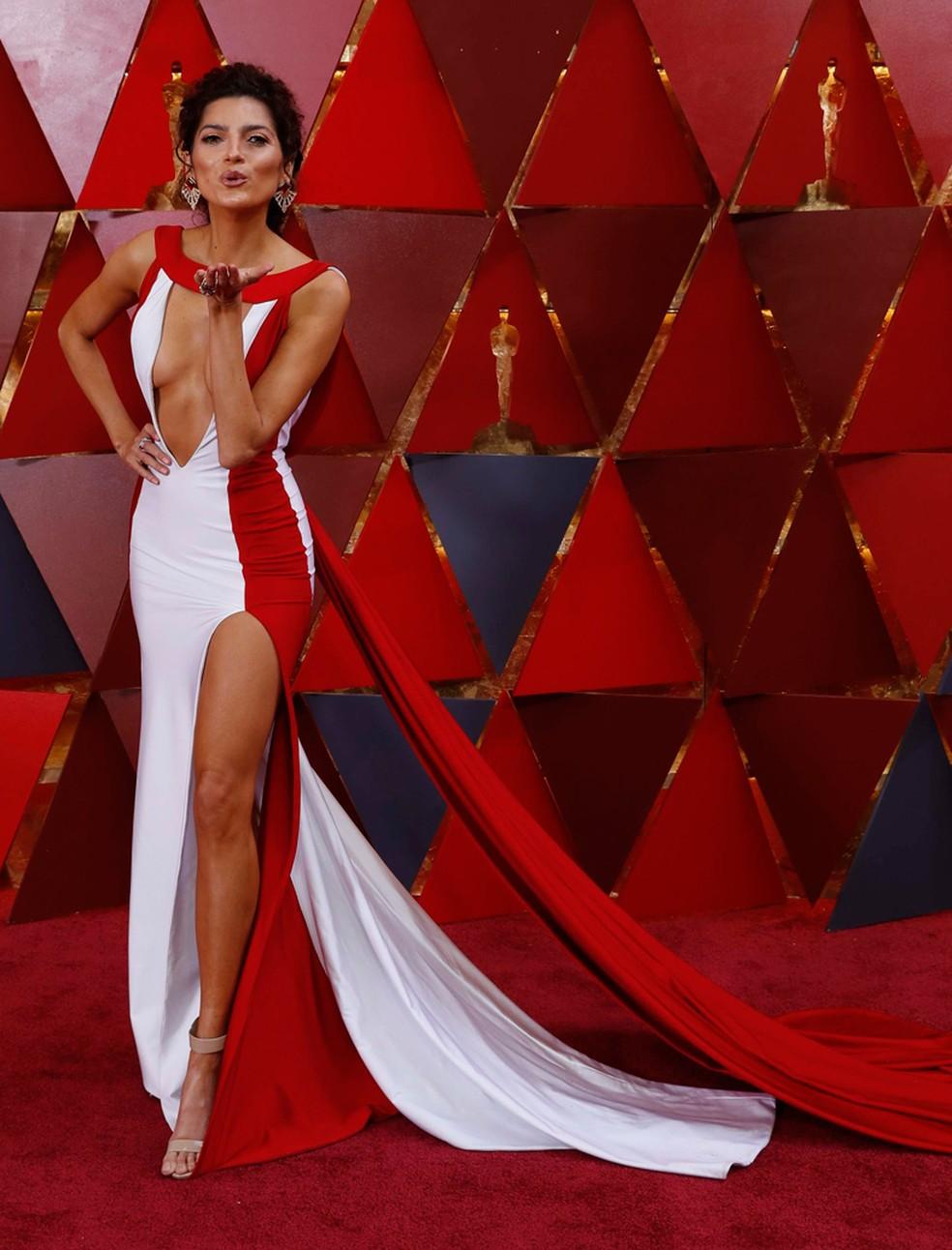 Atriz Blanca Blanco acena para fotógrafos no tapete vermelho do Oscar 2018 (Foto: Carlo Allegri/Reuters)