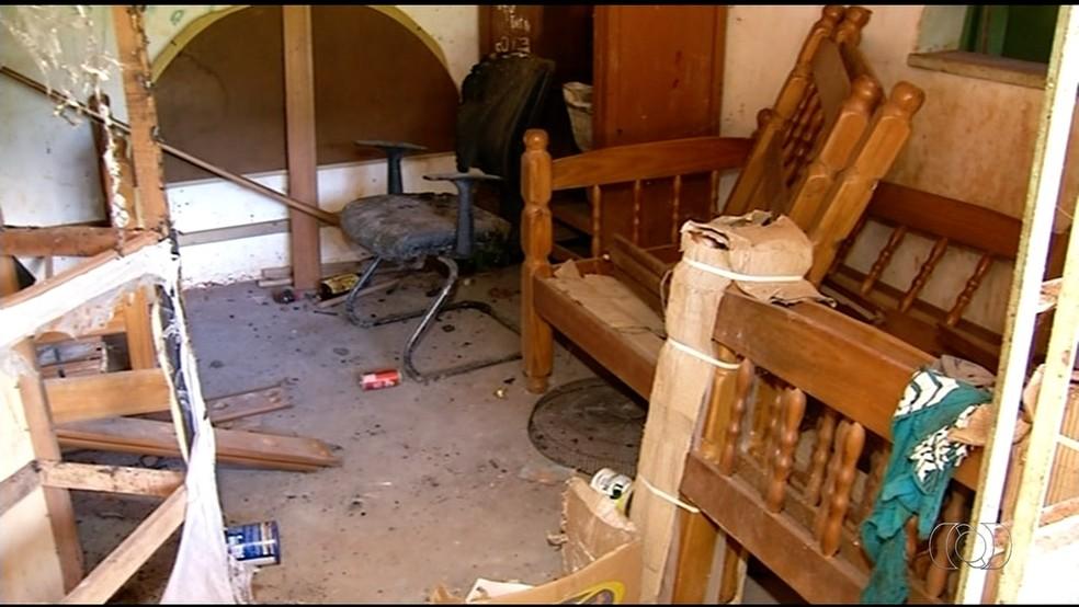 Casa do estudante está em condição precária  (Foto: TV Anhanguera/Reprodução)
