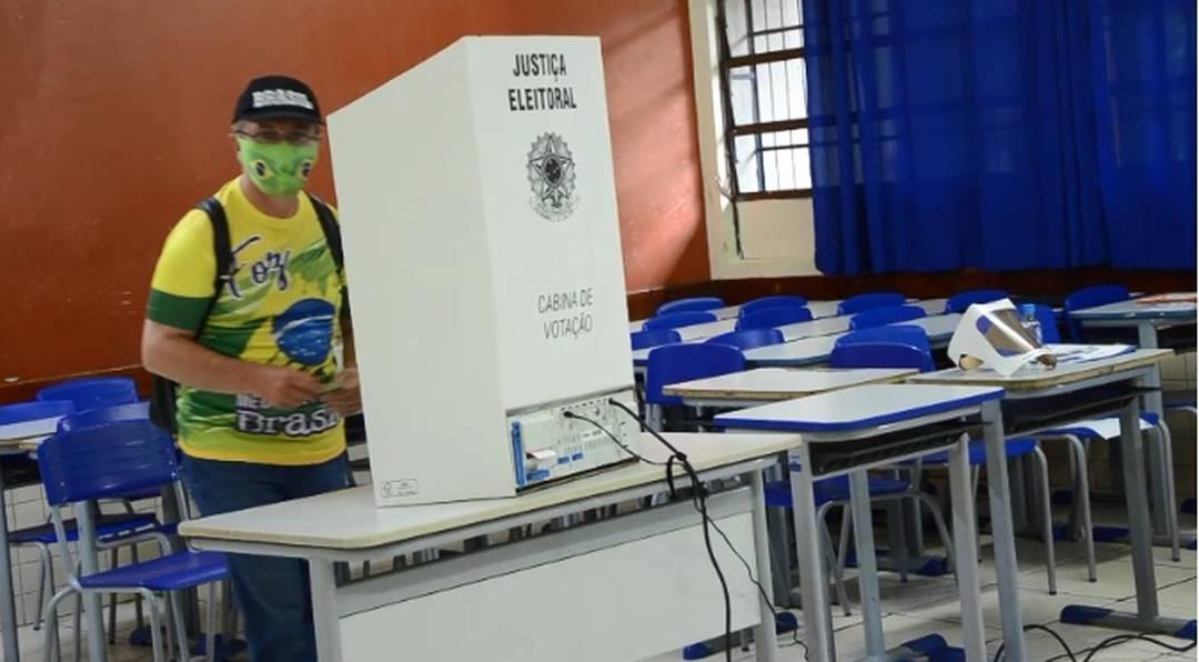 Candidato Ranieri (PRTB), que concorre à Prefeitura de Foz do Iguaçu, votou no bairro Jardim América