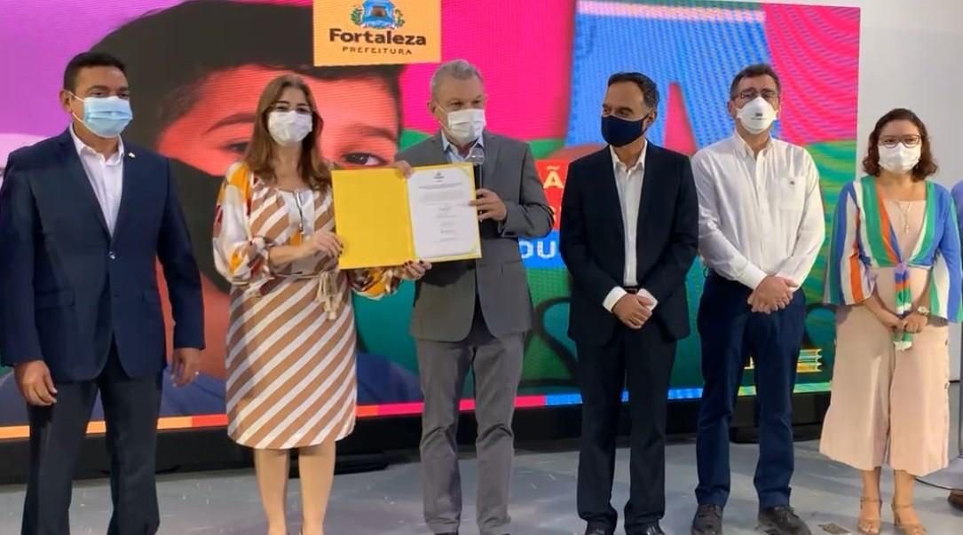 Fortaleza lança programa que oferta mil bolsas de mestrado e doutorado para professores da rede municipal