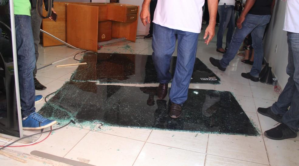Confusão em convenção do MDB em Rondônia terminou com alguns vidros quebrados (Foto: Pedro Bentes/ G1)