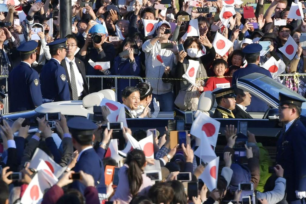 Dezenas de milhares de japoneses aclamam seu novo imperador do Japão, Naruhito — Foto: Kyodo News via AP