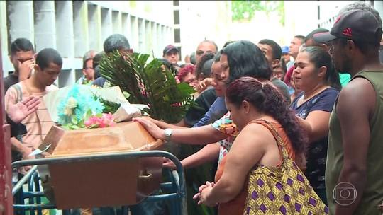 Três das dez vítimas do temporal no Rio são sepultadas sob muita emoção