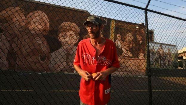 Bobbitt, fotografado no começo de agosto, continua pedindo dinheiro nas ruas para comprar drogas (Foto: DAVID SWANSON/ PHILADELPHIA INQUIRER)