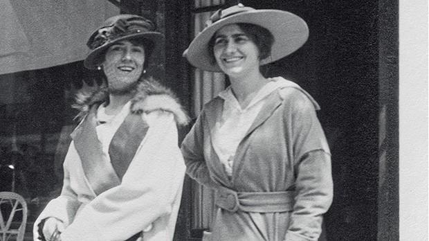 Gabrielle e sua tia Adrienne, em 1913, em frente à loja de Deauville, a primeira da história da maison (Foto: Emmy Martens, Thinkstock e Divulgação/Chanel)