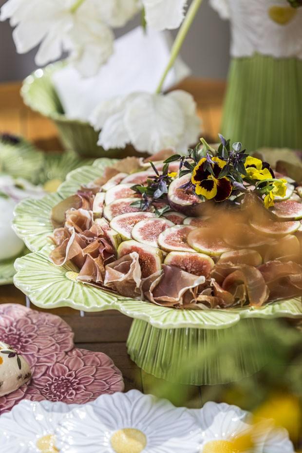 Mesa de aperitivos decorada com flores e frutos (Foto: Douglas Daniel)