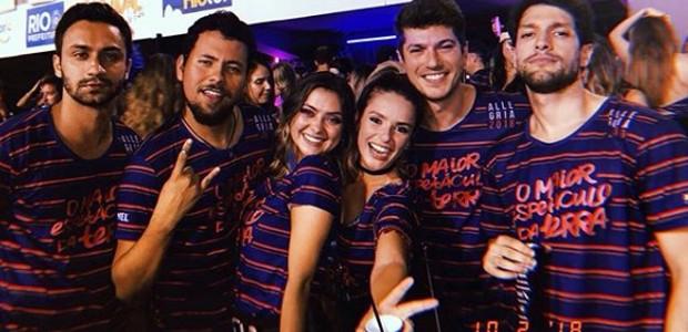 Caio Paduan e Djéssica Benfica com amigos na Sapucaí (Foto: Reprodução/Instagram)
