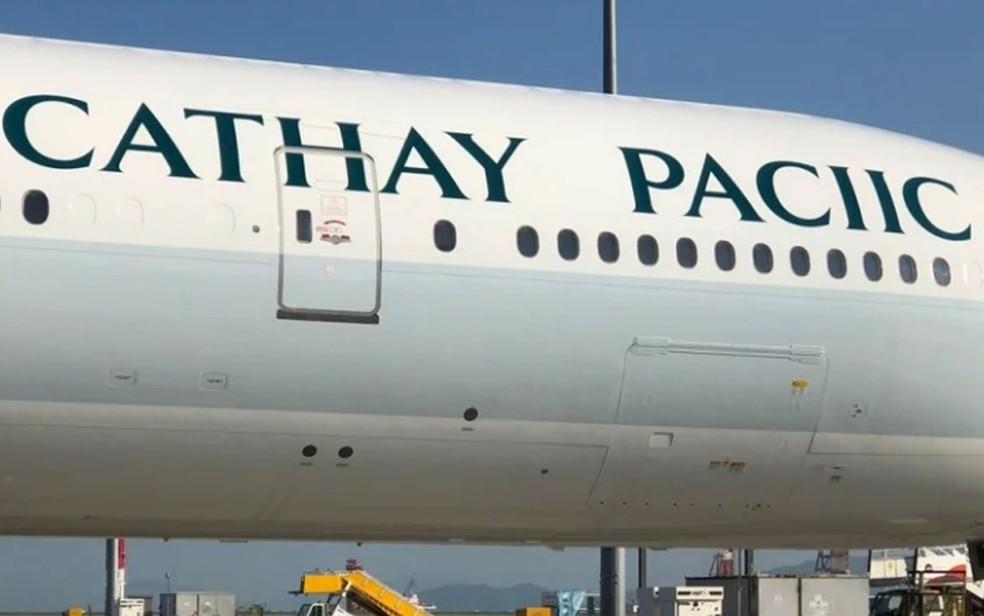 Avião da Cathay Pacific com nome pintado errado, no aeroporto internacional de Hong Kong — Foto: Reprodução/Twitter/Cathay Pacific