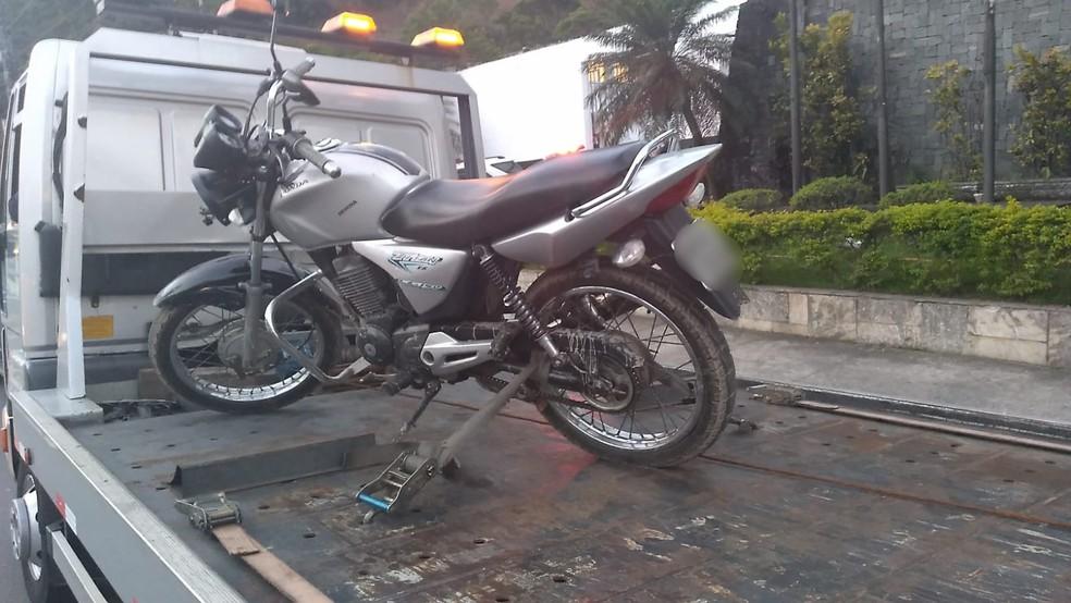 Moto usada por menor que matou médico e por comparsa foi localizada e apreendida em Guarujá, SP — Foto: Divulgação