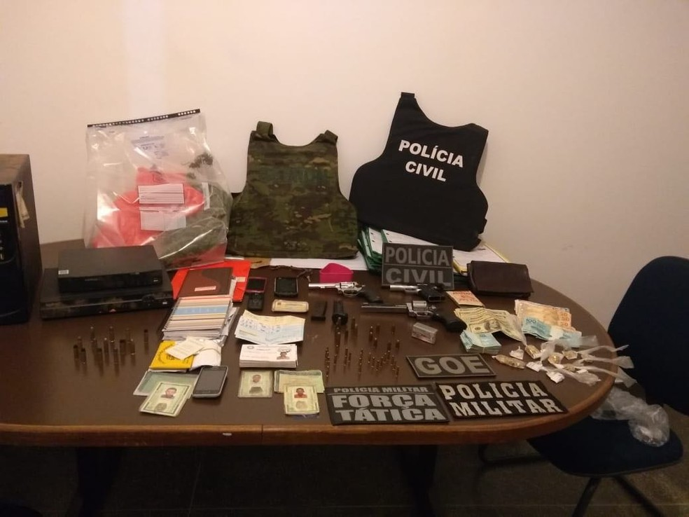 Armas e munições foram apreendidas com suspeitos de duplo homicídio em Poconé (Foto: Polícia Militar de MT)