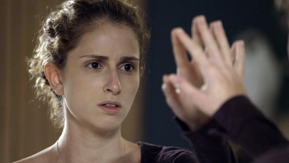 Ivana (Carol Duarte) não se reconhece no espelho em 'A Força do Querer' — Foto: TV Globo