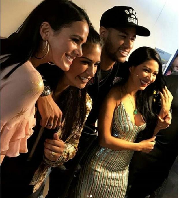 Neymar e Bruna Marquezine com Simone e Simaria (Foto: Reprodução Instagram)
