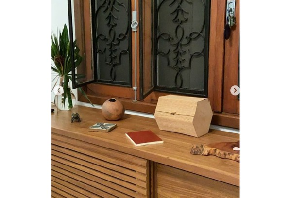 Outro móvel da casa com objetos escolhidos pela atriz (Foto: Reprodução)