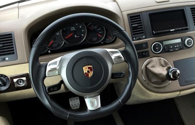 Quadro de instrumentos, volante e acabamento são semelhantes aos do 911 (Foto: Divulgação)