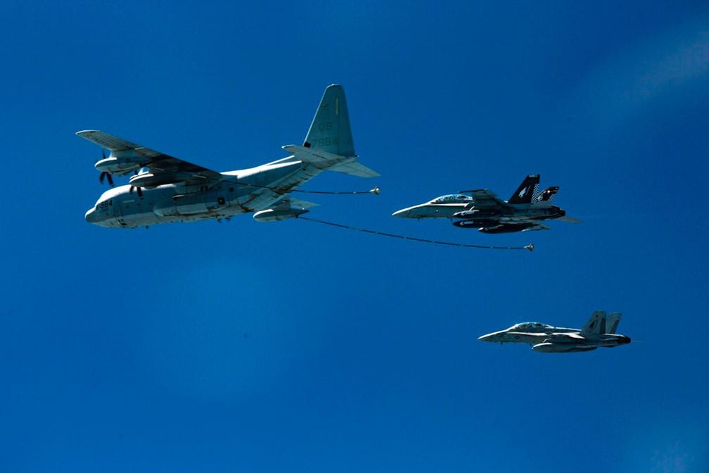 Imagem de arquivo mostra aviões que se aproximam para reabastecimento em local não revelado  — Foto: Cpl. Trever Statz / Marinha dos EUA via AP