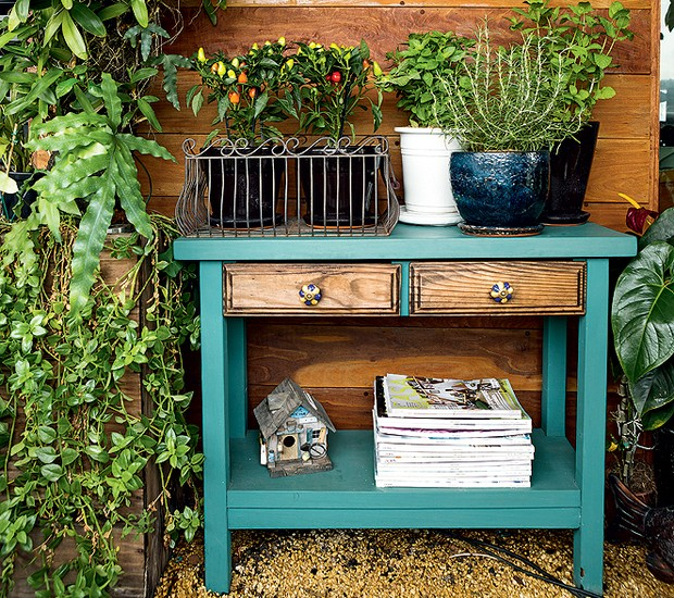 O aparador turquesa fica na varanda do paisagista Odilon Claro. Ali ficam apoiados vasos de uma pequena horta (Foto: Edu Castello/Editora Globo)