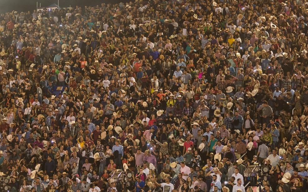 Público lotou a Arena de Barretos 2017 e vibrou com peões neste sábado (26) (Foto: Érico Andrade/G1)