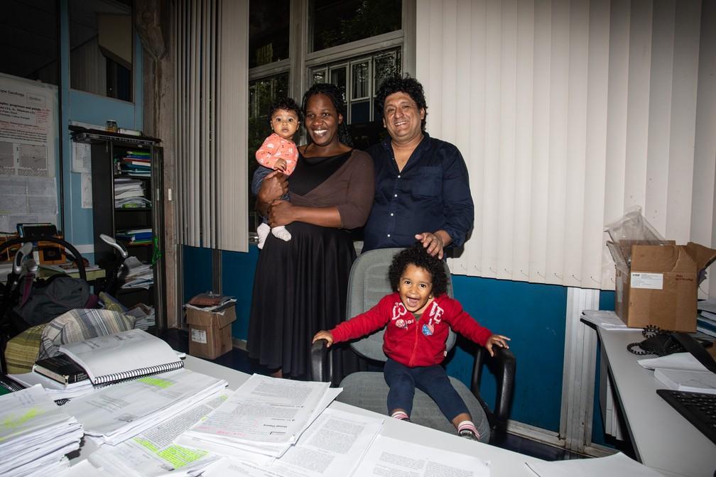 Adriana posa com o marido e as filhas no Instituto de Geociências da USP, onde os dois lecionam — Foto: Fábio Tito/G1