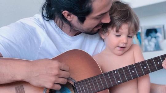 Romulo Estrela reflete sobre sua relação com o filho: 'Dou todo o amor que existe em mim para ele'