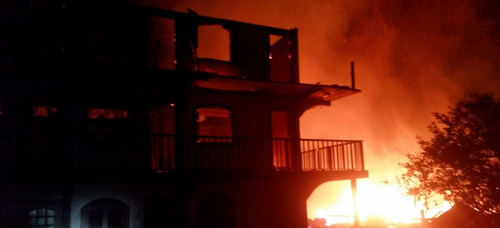 Incêndio destrói hotel em Campos do Jordão — Foto: Divulgação/ Corpo de Bombeiros