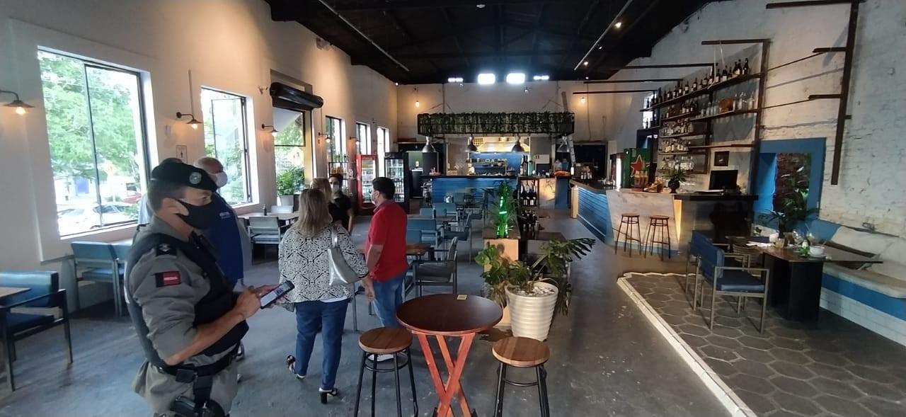 Dois bancos e um restaurante são autuados por descumprirem decretos, em Campina Grande