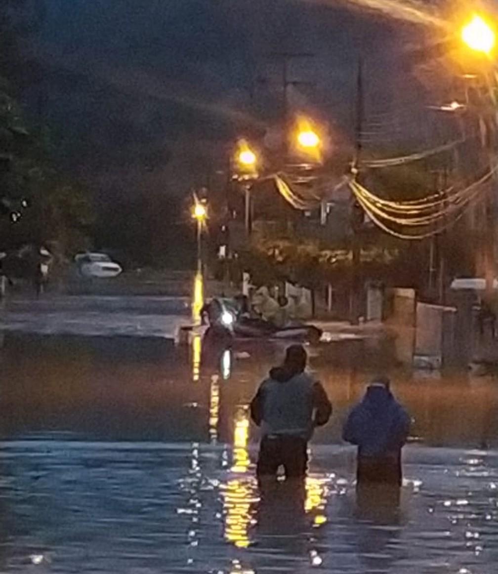 Moradores do bairro Limeira em Brusque foram resgatadas com uso de botes — Foto: Corpo de Bombeiros/ Divulgação