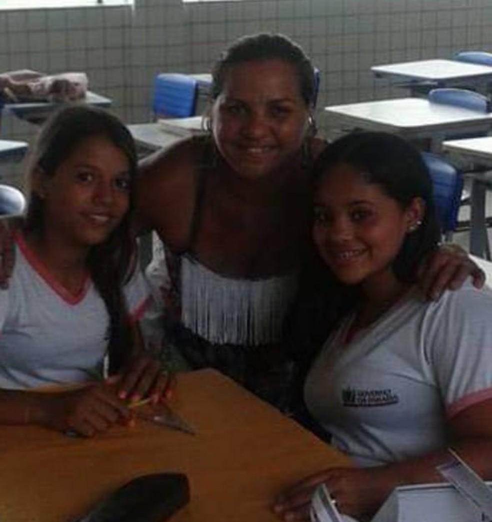 Cristiane Padilha durante aula com alunas — Foto: Cristiane Padilha/Arquivo Pessoal