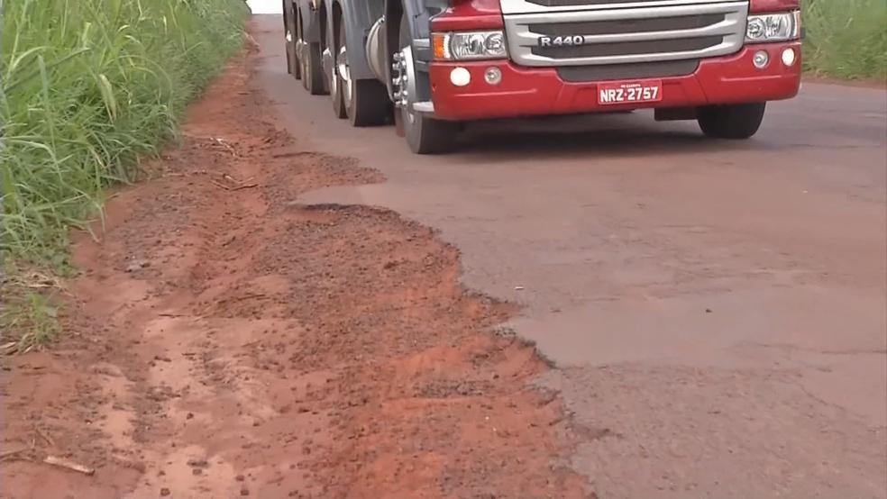 Caminhão passa por pista com asfalto ruim (Foto: TV Globo/Reprodução)