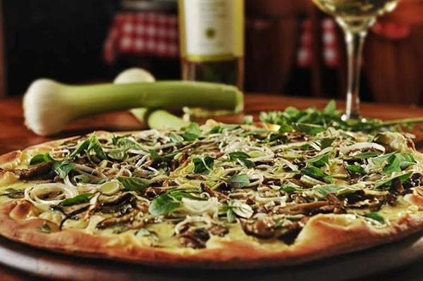 Pizza funcional de rúcula, shitake e mussarela de búfala (Foto: Divulgação)