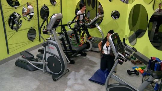 Elana manda recado para as inimigas durante treino na academia